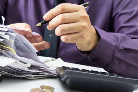 Close-up zakenman werken met certificaten Stockfoto