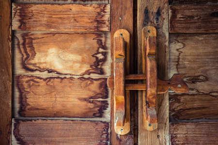 door bolt: Perno de la puerta de madera obsoleto, tradici�n tailandesa Foto de archivo