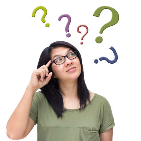 answer question: Donna asiatica pensare con un sacco di punti interrogativi isolato su sfondo bianco
