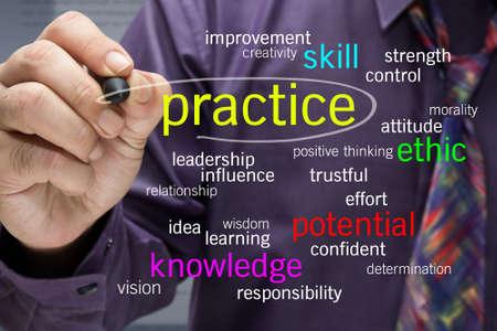 oefenen: Zakenman schrijven Human praktijk concept op het scherm Stockfoto