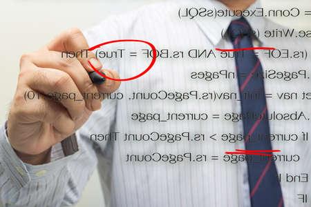verify: Programmatore di verificare il codice sorgente del computer sullo schermo