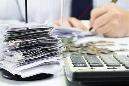 Ontvangsten in papieren nagel met zakenman werken als achtergrond