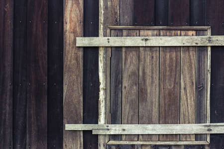 Permanent: Kort zwart houten huis met venster gesloten permanent