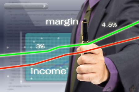 margen: Empresario analizar los ingresos y el �xito gr�fico de margen en la pantalla