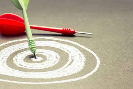 Dart hit op het centrum van schetsen dartboard met kopie ruimte Stockfoto