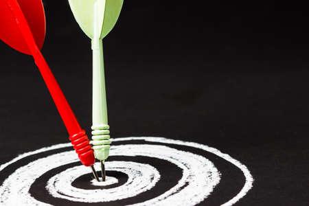 Close-up dart hit op het centrum van schetsen dartboard met kopie ruimte