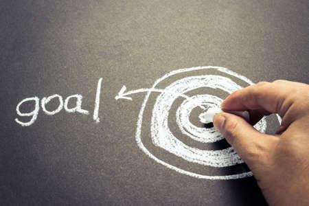 Hand doel tekening dartbord met krijt voor set doel concept Stockfoto