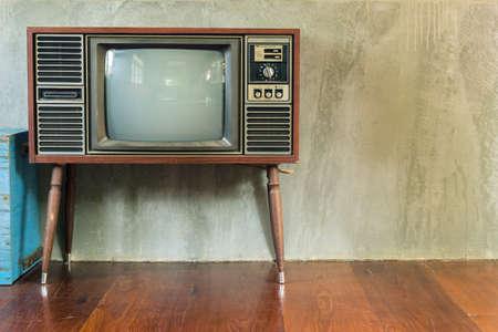 television antigua: Retro televisión en la sala de edad