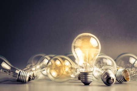Una bombilla de luz que estable y brilla entre los demás