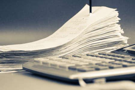impuestos: Recibos del primer en las uñas de papel