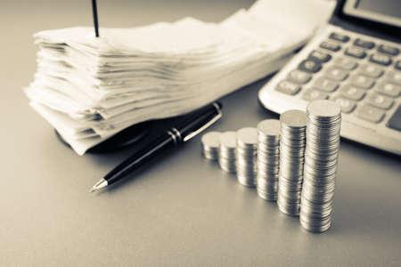 Munten heap trap als groeiende grafiek symbool op financiën bureau Stockfoto