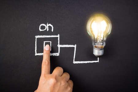 Main toucher le commutateur de dessin avec ampoule incandescent Banque d'images - 30601963