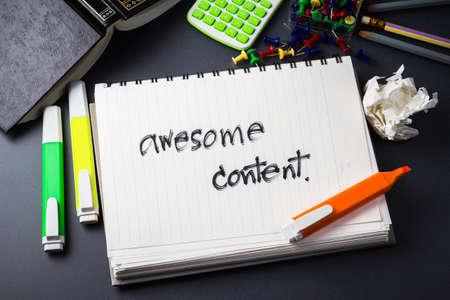 Handschrift van Awesome Content woord in notebook voor de inhoud van websites begrip