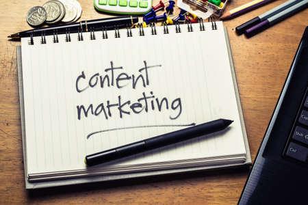 Handschrift van Content Marketing woord in notebook op de houten tafel