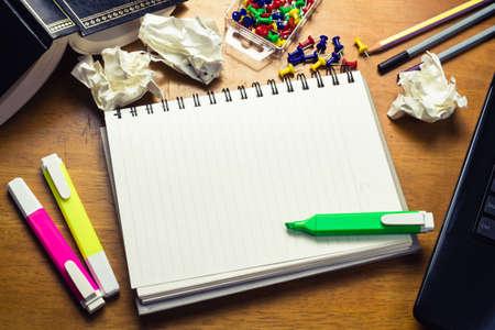 Op het bureau met lege pagina van spiraal notebook voor plaats tekst of bericht