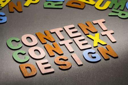 emphasising: Contenuti, contesto, tema di design in legno lettera Archivio Fotografico