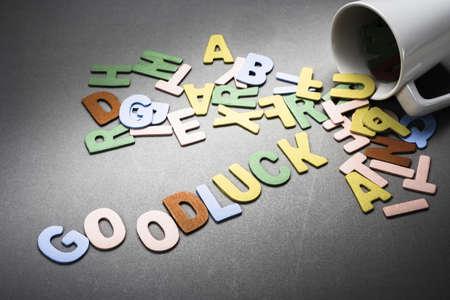 buena suerte: Letras de madera se derrame fuera de la copa como Good Luck palabra