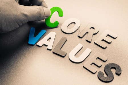 nucleo: Dedo recoger unas letras de madera de Valores Fundamentales palabra