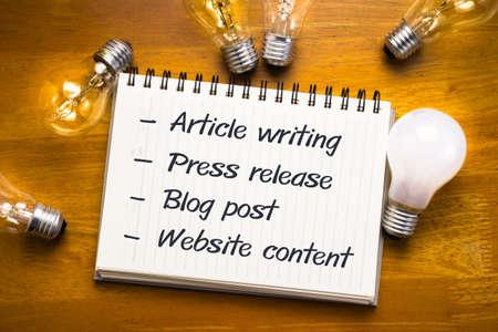 � writing: Campos de contenido de Internet en el cuaderno con muchas bombillas