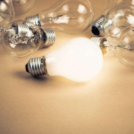 white light: Blanco brillante bombilla de luz entre los otros