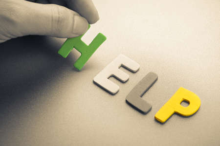 Hand arrangieren Holz Buchstaben als Hilfe Wort Standard-Bild - 40586970