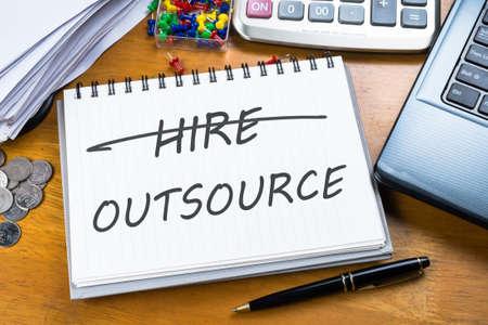 Outsource memo in Notebook mit einem Teil der Laptop, Quittungen und Taschenrechner Standard-Bild - 40586937