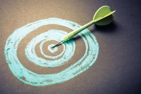 metas: El establecimiento de objetivos, dibujo blanco con el pin de dardos en el centro