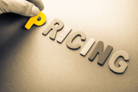 Hand arrange wood letters as Pricing word Stockfoto