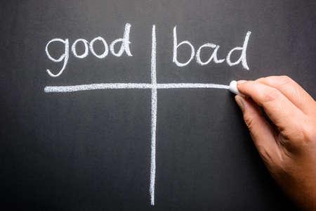 Ruční psaní dobrých a špatných třídící stůl s křídou