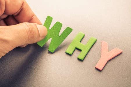 Hand arrangieren Holz Buchstaben als Warum Wort Standard-Bild - 43793578