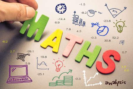 手が数学の単語として数学図面アイコンとウッドの手紙を手配します。 写真素材