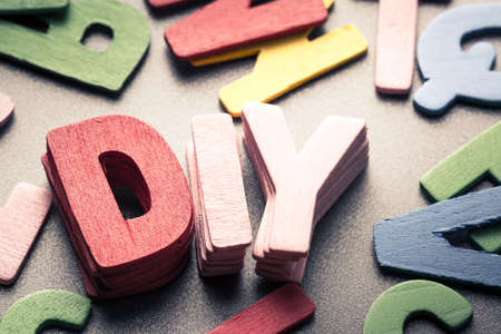 Stapel hout letters als Do it yourself (DIY) woord Stockfoto