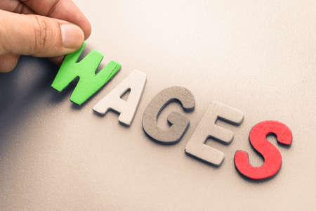 salarios: Mano ordenar letras de madera como los salarios palabra Foto de archivo