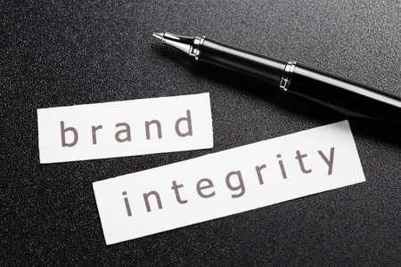 integridad: Marca integridad de palabra en la hoja de papel con lápiz sobre fondo negro