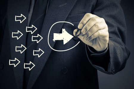 liderazgo: El hombre de negocios dibujar una flecha blanca como líder de tendencia o concepto de la dirección en la pantalla