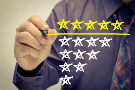 Hombre de negocios subrayar calificación de cinco estrellas en la pantalla Foto de archivo