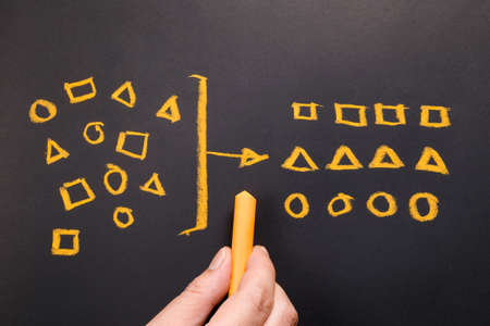 Géométrie de dessin à la main pour catégoriser sur le tableau