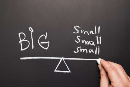 Hand tekening gewicht balans concept, verdeelde kleine dingen hebben gewicht gelijk aan het grote ding