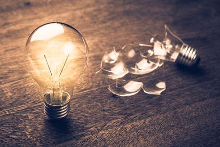 Gloeiend en gebroken lampverhouding concept, probleem en oplossing, mislukking en succes, leren van een fout