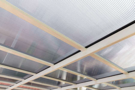 Polycarbonate awning roof on metal beam structure Stockfoto