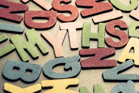 근접 촬영 흩어져있는 나무 문자로 MYTHS 단어