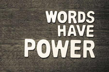 Les mots ont du pouvoir arrangés par des lettres en bois Banque d'images - 92864469
