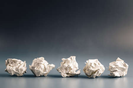 Row of crumpled paper balls Imagens