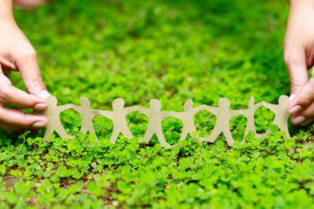Carta di catena umana su pianta rampicante verde, CSR (responsabilità sociale aziendale) o concetto di lavoro di squadra
