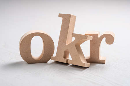 Lettres de l'alphabet en bois OKR sur la table, l'acronyme de Objective Key Results