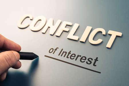 Konflikt interesów, tekst pisany ręcznie dołącz słowo liter, aby ukończyć koncepcję