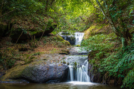 Small waterfall in tropical forest, Huay Kamin Noi Watefall in Phu Hin Rong Kla National Park, Central of Thailand Stockfoto