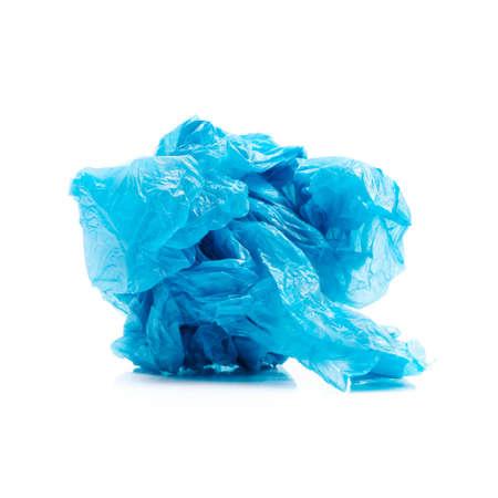 Boule froissée de sac en plastique bleu sur blanc Banque d'images
