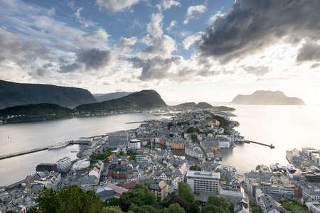 夕日夏、ノルウェーのオーレスンの景観イメージ 写真素材