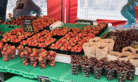 夏には、ノルウェーのベルゲンで有名な魚市場で棚の上の果実